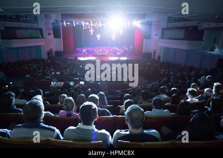 Die Zuschauer das Konzert auf der Bühne. - Stockfoto