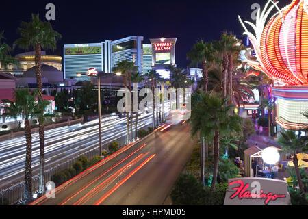 Las Vegas, Nevada, USA - 21. Oktober 2011: Nachtverkehr an der Flamingo, Ceasars Palace und anderen Resorts am Las - Stockfoto
