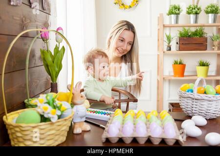 mutter und kind malen bunte eiern mama und baby mit hasenohren malen und dekorieren osterei. Black Bedroom Furniture Sets. Home Design Ideas