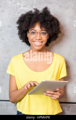 Porträt von Afrikanerin mit tablet - Stockfoto