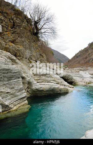 Ganz besonders weiß Flusssteine durch jahrzehntelange Turques Wasser, in der Höhe Berg geschnitzt - Stockfoto
