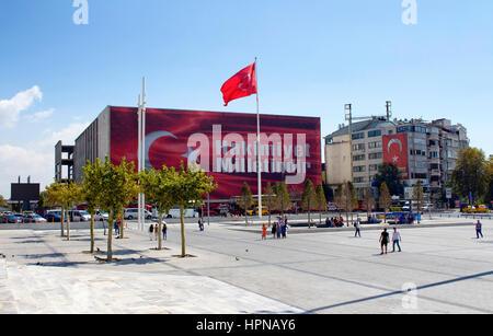 Ansicht der Taksim-Platz. Große türkische Fahne Wellen auf einem riesigen Pfahl. Politische Botschaft hing am Atatürk - Stockfoto