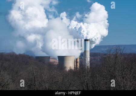 Rauch und Dampf wogenden aus Schornsteinen und Kühltürmen Kohle betriebene Kraftwerk in West Virginia - Stockfoto