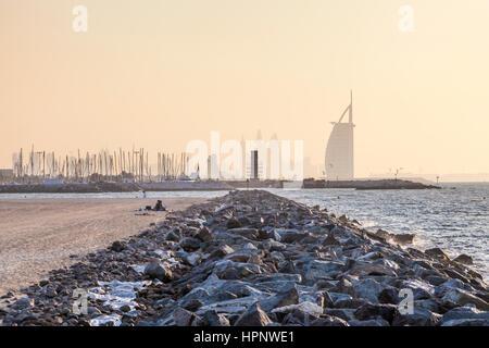 Öffentlicher Strand an der Küste des Persischen Golfs und Hotel Burj al Arab in Dubai. Vereinigte Arabische Emirate, - Stockfoto
