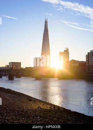 Sonnenaufgang über der Themse mit Blick auf die Scherbe, London, UK Stockfoto