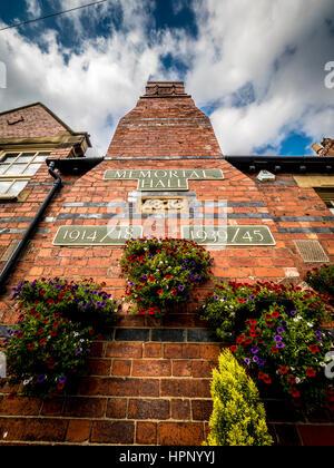 Memorial Hall Plaketten auf Wand, Haxby, Yorkshire, Großbritannien. - Stockfoto