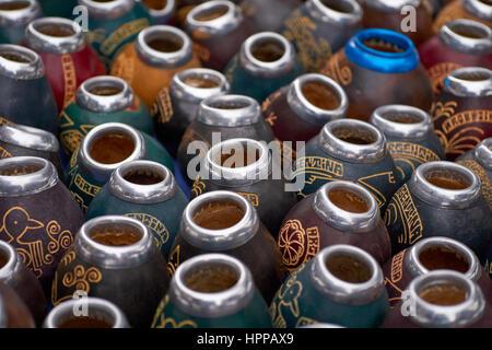 Mate-Kürbisse zum Verkauf als beliebte traditionelle Souvenirs auf dem Feria de San Telmo, Buenos Aires, Argentinien - Stockfoto