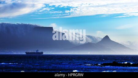 Dramatische Landschaft der Tafelberg und Lion es Head Peak gesehen vom Bloubergstrand entfernt. - Stockfoto