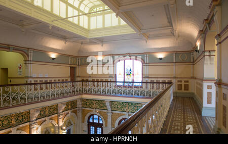 Dunedin, Otago, Neuseeland. Imposante Balkon über dem Eingang Halle von Dunedin Railway Station, Anzac Square. - Stockfoto