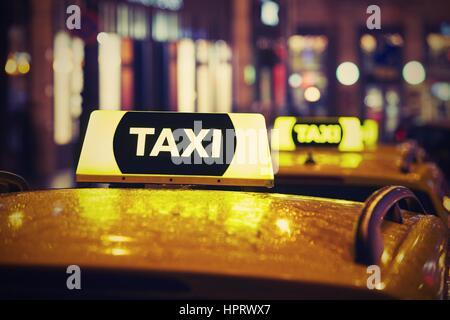 Taxi Auto auf der Straße in der Nacht - Stockfoto