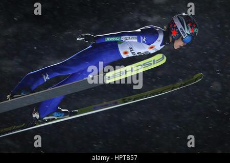 Lahti, Finnland. 24. Februar 2017. Japanische Sportler Yuki Ito in der Luft bei den Nordischen Weltmeisterschaften - Stockfoto