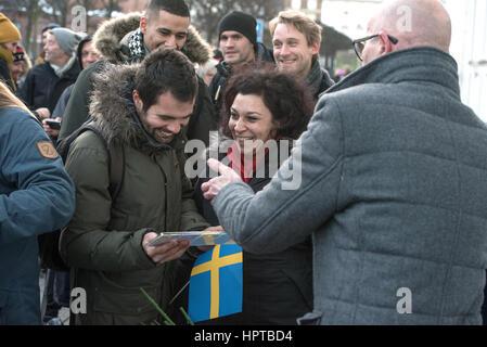 Schätzungsweise 100 Menschen versammelten sich vor der schwedischen Botschaft in Kopenhagen am Freitag für ein mock - Stockfoto