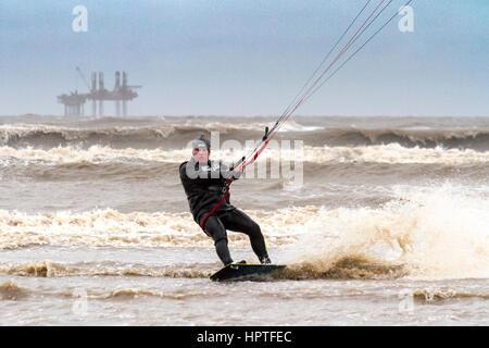 Kite-Surfer, Ainsdale Strand, Merseyside.  25. Februar 2017.  Eine Kitesurfer trotzt der kalten & windige Wetter, - Stockfoto