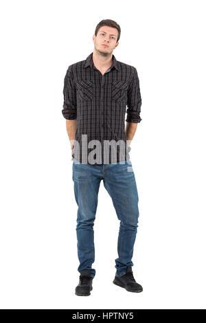 Gut aussehender Mann mit rollte Ärmel mit Händen auf der Rückseite Taschen. Ganzkörper-Länge-Porträt isoliert auf - Stockfoto