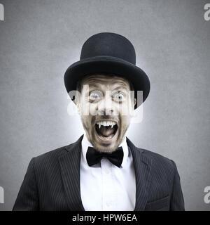 Gruselige Vampir Geschäftsmann schreien und Reißzähne in Vintage elegantes Outfit zeigen. - Stockfoto