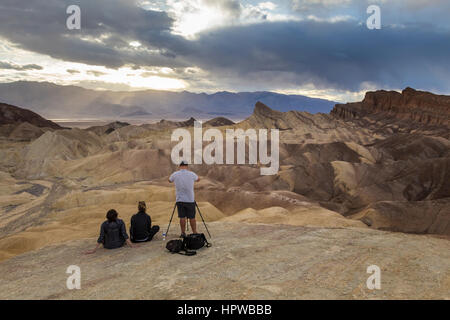 Fotograf, Touristen, Zabriskie Aussichtspunkt Zabriskie Point, Death Valley Nationalpark, Death Valley, Kalifornien, - Stockfoto
