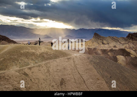 Touristen, Zabriskie Aussichtspunkt Zabriskie Point, Death Valley Nationalpark, Death Valley, Kalifornien, USA, - Stockfoto