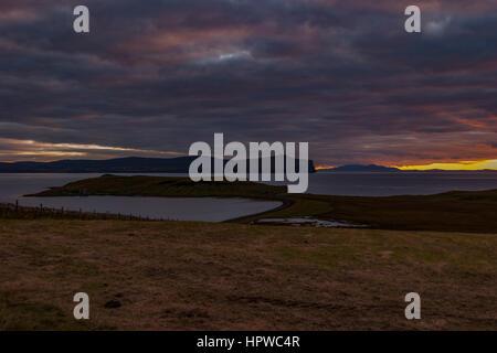 Sonnenuntergang von Trumpan, auf der Halbinsel Waternish, Isle Of Skye, mit Blick auf den westlichen Inseln, Oktober - Stockfoto