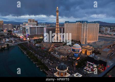Las Vegas, Nevada, USA - 6. Oktober 2011: Dämmerung Blick auf Caesars Palace, Paris und anderen Resorts am Las Vegas - Stockfoto