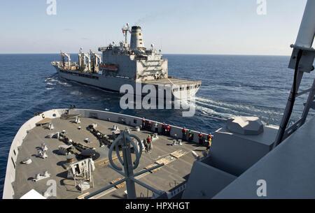 Die amphibischen Transportschiff der Dock USS San Antonio nähert sich den Military Sealift Command Flotte Nachschub - Stockfoto