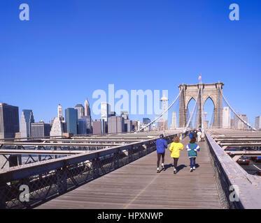 Fußgängersteg über die Brooklyn Bridge, Manhattan, New York, New York Staat, Vereinigte Staaten von Amerika - Stockfoto