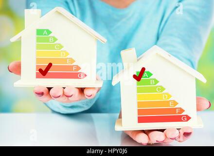 Konzept-Vergleich zwischen normalen und niedrigen Verbrauch Haus mit Energieeffizienzklasse - Stockfoto
