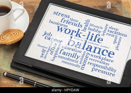 Arbeiten Sie Leben Gleichgewicht Wortwolke - Zusammenfassung der Wörter auf einem digitalen Tablet mit einer Tasse - Stockfoto