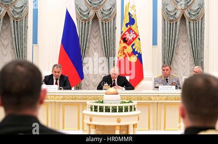 Der russische Präsident Vladimir Putin trifft sich mit nördlichen Flotte Marineoffiziere, die sich im Kampf gegen - Stockfoto