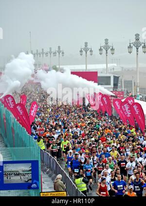 Brighton, Sussex, UK. 26. Februar 2017. Tausende von Läufern, die Teilnahme an der Vitalität Brighton Halbmarathon - Stockfoto