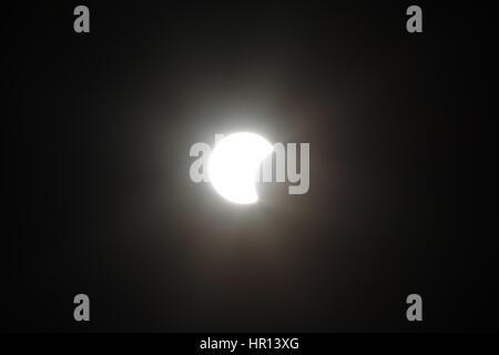 Asuncion, Paraguay. 26. Februar 2017. (11:27 - Paraguay Sommerzeit) Partielle Sonnenfinsternis sieht in Asuncion, - Stockfoto