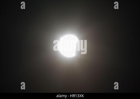 Asuncion, Paraguay. 26. Februar 2017. (11:25 - Paraguay Sommerzeit) Partielle Sonnenfinsternis sieht in Asuncion, - Stockfoto