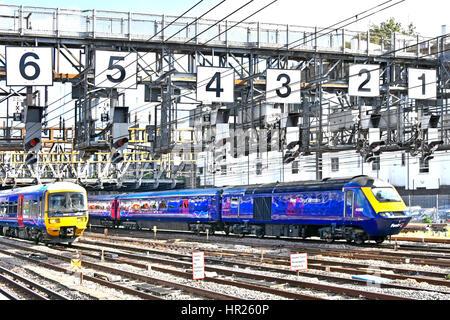 Zwei britischen Firstgroup First Great Western Zug verließ nur Paddington Bahnhof Station London UK Unterquerung - Stockfoto