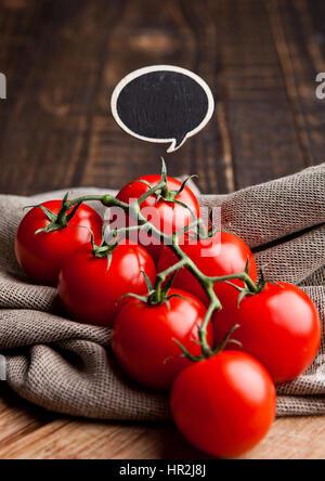 Frische Tomaten mit Idee anmelden Küchentuch auf Holzbrett. Frisches gesundes Gemüse - Stockfoto