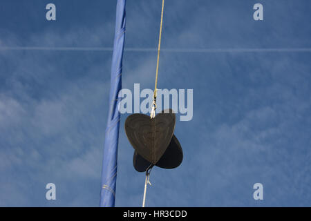 Anchor Ball in Yachten Takelage mit gewalzten Fock vor einem blauen Himmel mit weißen Wolken - Stockfoto