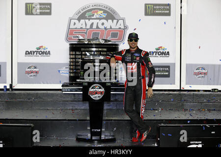 Daytona Beach, Florida, USA. 26. Februar 2017. 26. Februar 2017 - Daytona Beach, Florida, USA: Kurt Busch (41) nimmt - Stockfoto