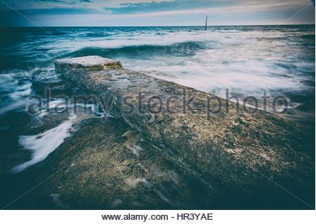Wellen über die Mole in Novigrad, Istrien, Kroatien - Stockfoto