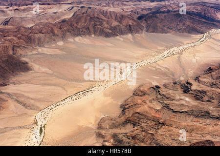 Luftaufnahme von einem Flug über Kaokoveld in Namibia.  Die wechselnden Farben der Wüste unten mit ausgetrockneten - Stockfoto