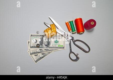 Machen Sie Geld nähen. Amerikanische Dollar und Zubehör für das Schneiden und Nähen