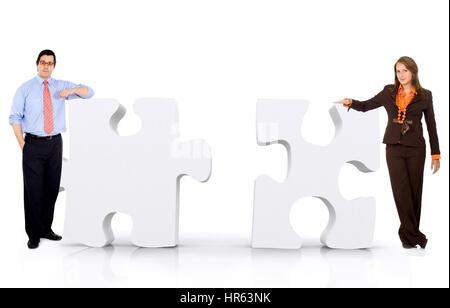 Geschäftspartnerschaft von ein paar Geschäftsleute stützte sich auf Puzzle-Teile auf einem weißen Hintergrund isoliert - Stockfoto