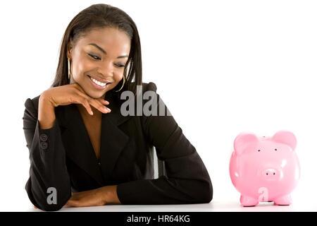 Business-Frau lächelnd mit Sparschwein - auf einem weißen Hintergrund isoliert - Stockfoto