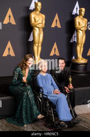 Los Angeles, USA. 26. Februar 2017. Director Ezra Edelman (R) und Produzent Caroline Waterlow (L) stellen nach der - Stockfoto