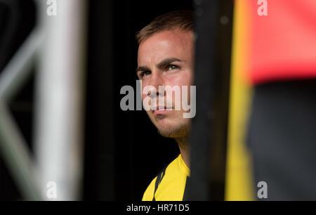 Dortmund, Deutschland. 13. August 2016. Dortmunds Mario Goetze warten auf das Stadion betreten während der Team - Stockfoto