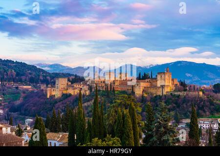 Alhambra-Palast bei Sonnenuntergang mit schneebedeckten Bergen der Sierra Nevada im Hintergrund. Granada, Andalusien, - Stockfoto