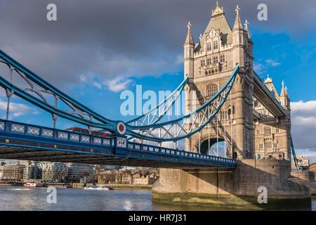 Die Tower Bridge leuchtet in der Sonne an einem ruhigen aber kalten Tag in der Hauptstadt City of London.