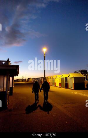 """Brighton Seafront, weiße """"kein Radfahren"""" auf dem Boden im Vordergrund, eine Reihe von bunten Strandhäuschen, Straßenlaterne - Stockfoto"""