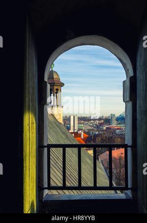 Tallinn, Estland - 18. Februar 2017 Retro Stil Blick auf Altstadt von Tallinn aus dem Fenster - Stockfoto