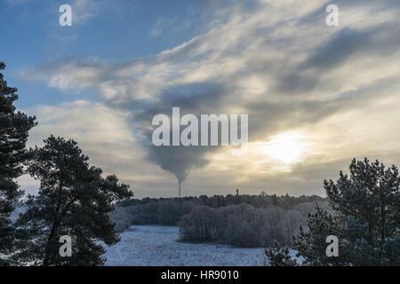 Luftverschmutzung, Rauch aus Rohren und Fabrik mit Winter-Hintergrund - Stockfoto