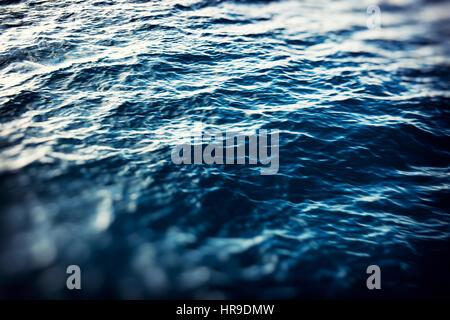 Schöne abstrakte dunklen blauen Ozean Hintergrund mit Lichtern unscharf. unscharfen Hintergrund Konzept. - Stockfoto