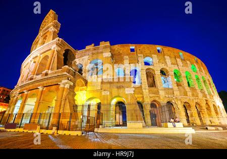 Ansicht des Kolosseums in der Nacht in Rom, Italien - Stockfoto