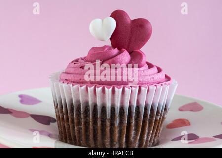 M & S Sweet Heart Cupcake am Herzen Platte - feuchte Belgische Milchschokolade Chip Cupcake gefüllt mit Himbeer - Stockfoto
